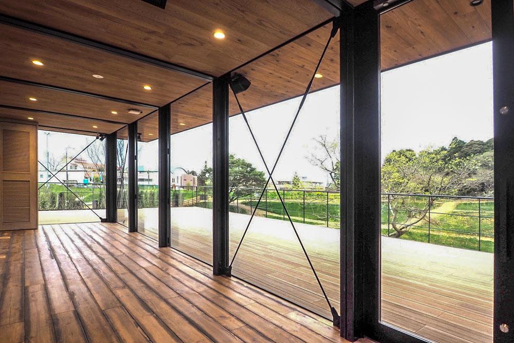 """床と木デッキも同じ関係。空間を構成する""""線の整理""""がポイントです。"""