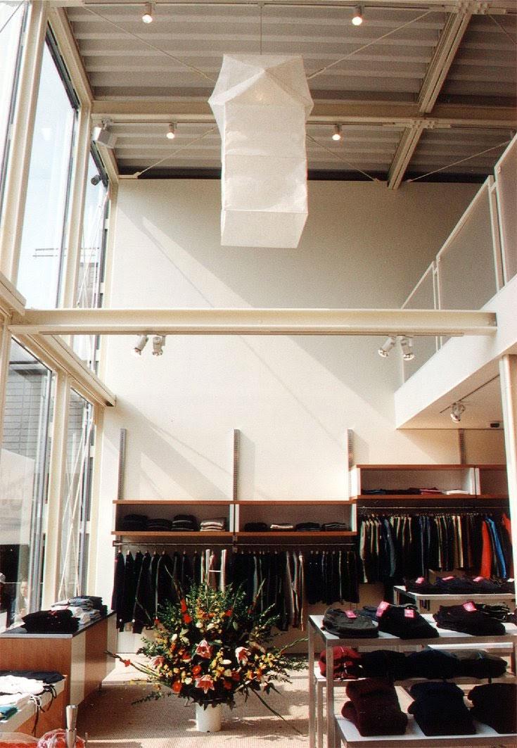 吹き抜けに大きなペンダントライトを吊るすことで、空間性をより強く印象づける効果があります。