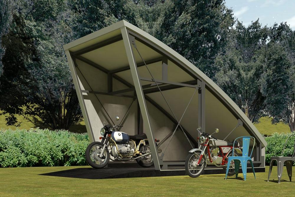 バイクガレージ『STAY SOME』の骨組み。変形したLGS パネルでシンプルに構成している様子がよく分かります。先端の斜めの壁の内側には、シャッタードラムが内蔵。鉄骨の骨組みと甲殻類の外皮のような屋根のRスパンの表情が、他の木造製にはない存在感となっています。更にこのSTAY SOMEが採用する構造は、真四角の車庫とは異なり、雨風や地震にも強いメリットもあります。
