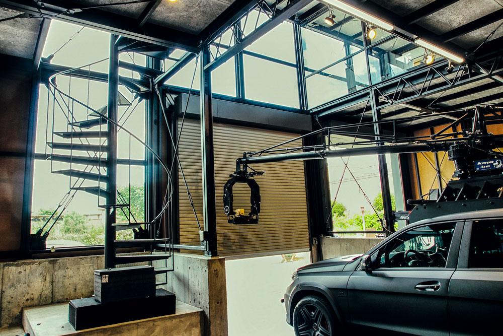天井高4 . 5 m にそびえ立つ、らせん階段が空間の大黒柱的な中心。